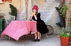 Blonde Dame, die ein Cocktail im Freilichtcafé trinkt Lizenzfreie Stockfotografie