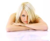Blonde Dame, die in ein Schlafzimmer legt Stockbild