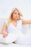Blonde Dame, die in ein Schlafzimmer legt Lizenzfreies Stockbild