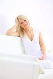Blonde Dame, die in ein Schlafzimmer legt Stockbilder