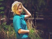 Blonde Dame, die einen Hut hält Lizenzfreies Stockfoto