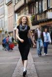 Blonde Dame, die entlang Straße geht Lizenzfreie Stockbilder