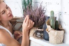 Blonde Dame, die mit dekorativem Material aufwirft Lizenzfreie Stockfotografie
