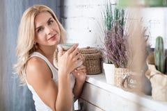 Blonde Dame, die mit dekorativem Material aufwirft Lizenzfreies Stockfoto