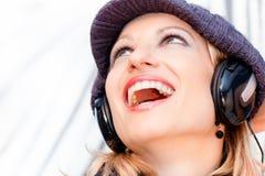 Blonde Dame, die Musik hört Lizenzfreie Stockfotografie