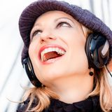 Blonde Dame, die Musik hört Lizenzfreie Stockbilder