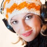 Blonde Dame, die Musik hört Stockfotografie