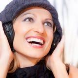 Blonde Dame, die Musik hört Stockfoto