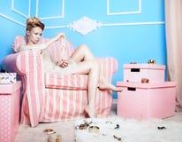 Blonde Dame, die Schmuck wählt Lizenzfreie Stockfotos