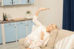 Blonde Dame, die Selbstfotos macht Stockfotografie