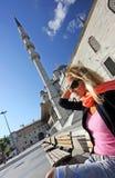 Blonde Dame, die vor der Moschee sitzt Lizenzfreies Stockfoto