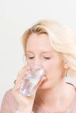 Blonde Dame Drinking Water van een Plastic Ruimte van het Kopexemplaar royalty-vrije stock afbeeldingen