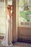 blonde Dame in einem eleganten Hochzeitskleid Stockfotos