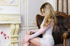 Blonde Dame in einem empfindlichen Spitze-Kleid Lizenzfreie Stockfotos