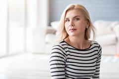 Blonde Dame gegen unscharfen Hintergrund Lizenzfreie Stockfotografie