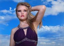 Blonde Dame im Abendkleid mit blauem Himmel Stockfotografie