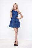 Blonde Dame im blauen Kleid Lizenzfreie Stockbilder