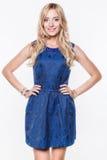 Blonde Dame im blauen Kleid Stockbilder