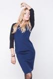 Blonde Dame im blauen Kleid Stockfotografie