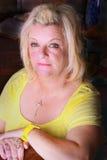 Blonde Dame im Gelb Lizenzfreie Stockfotografie
