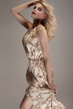 Blonde Dame im Kleid Stockfoto