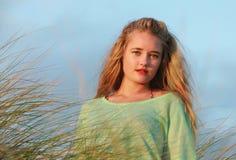 Blonde Dame im langen Gras Lizenzfreies Stockbild