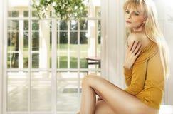 Blonde Dame im Luxushaus Lizenzfreie Stockbilder