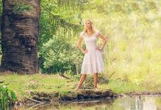 Blonde Dame im Park Stockfoto