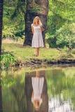 Blonde Dame im Park Stockfotografie