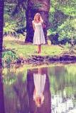 Blonde Dame im Park Stockbilder