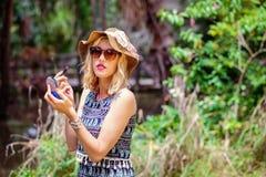 Blonde Dame im Park Lizenzfreies Stockfoto