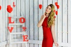 Blonde Dame im roten Kleiderporträt Stockfotos