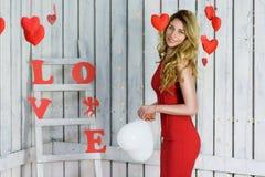Blonde Dame im roten Kleiderporträt Lizenzfreie Stockfotografie