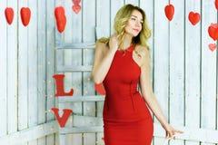 Blonde Dame im roten Kleiderporträt Stockbild
