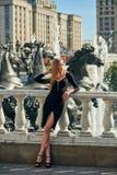 Blonde Dame im schwarzen Kleid mit Decolletage Lizenzfreies Stockfoto