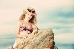 Blonde Dame im tropischen BikiniCowboyhut und der Sonnenbrille Stockbild
