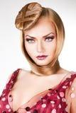 Blonde Dame mit blauen Augen und dem Haar Stockfoto