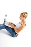 Blonde Dame mit Computer Stockfoto