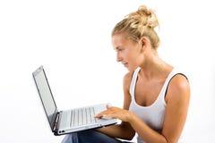 Blonde Dame mit Computer Stockbild