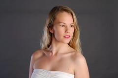 Blonde Dame mit dem langen Haar Lizenzfreie Stockfotos
