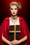 blonde Dame mit einem goldenen Kreuz. Stockfotografie
