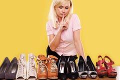 Blonde Dame mit einer Neigung für Schuhe Stockbilder