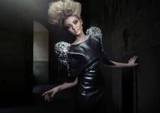 Blonde Dame mit erstaunlichem Haarschnitt Lizenzfreie Stockfotos