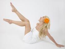 Blonde Dame mit Gerbera Lizenzfreies Stockfoto