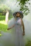 Blonde Dame mit großem Sommerhut Lizenzfreie Stockbilder