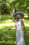 Blonde Dame mit großem Sommerhut Stockbild