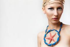 Blonde Dame mit handgemachtem bijouterie Lizenzfreie Stockfotografie