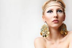 Blonde Dame mit handgemachtem bijouterie Stockfotos