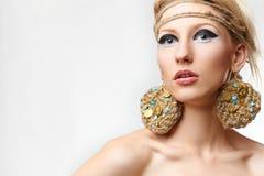 Blonde Dame mit handgemachtem bijouterie Stockbilder