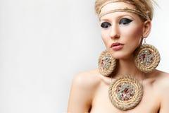 Blonde Dame mit handgemachtem bijouterie Stockbild